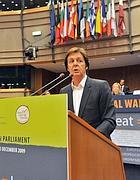 Paul Mc Cartney durante l'intervento al Parlamento Europeo (Ansa)