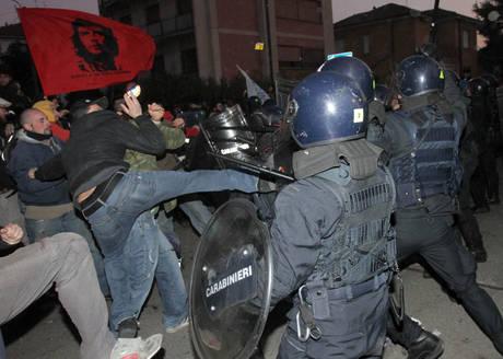Scontri tra manifestanti e forze dell'ordine (Ansa)