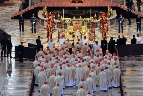 Ratzinger in preghiera davanti alla bara di Wojtyla (Ansa)