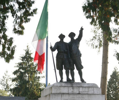 La bandiera a mezz'asta nella caserma Salsa-D'Angelo a Belluno (Ansa)