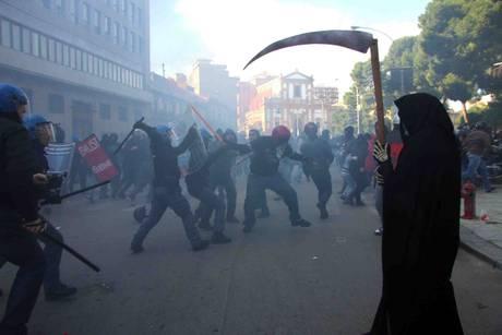 Palermo, scontri tra manifestanti e forze dell'ordine(Ansa)