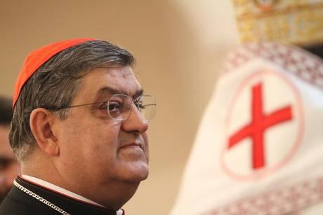 Il cardinale Crescenzio Sepe in visita alla comunita' religiosa rumena nella chiesa di Sant' Andrea nel centro storico di Napoli (Ansa)