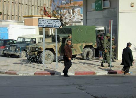 Militari schierati a protezione di una banca a Biserta(Ansa)