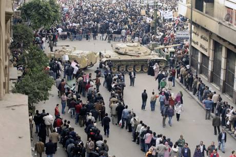 Manifestanti in piazza (Ansa)