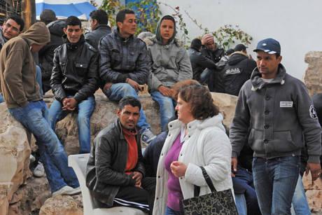 La folla di tunisini qualche giorno fa (Ansa)