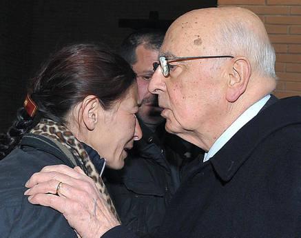 l presidente della Repubblica Giorgio Napolitano con la madre dei bambini vittime del rogo nel campo rom (Ansa)