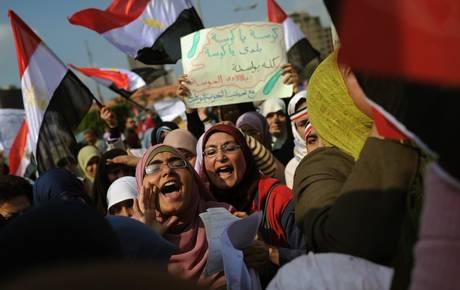 Donne protestano a piazza Tahrir (Ansa)