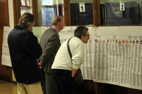 Alcune persone si apprestano a votare (Ansa)