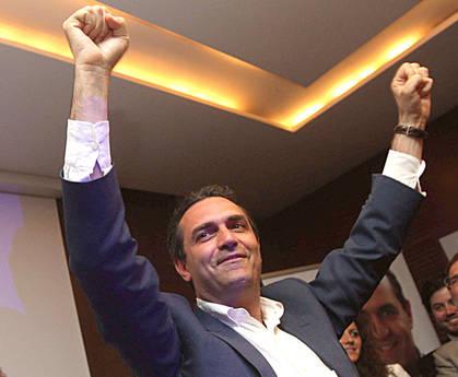 La gioia del nuovo sindaco di Napoli De Magistris (Ansa)