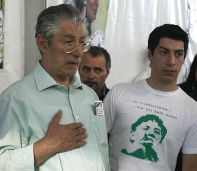 Bossi con il figlio, su maglietta: 'La rivoluzione... ha un solo volto' (Ansa)