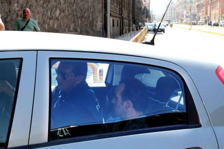 Giampaolo Tarantini (d), 34 anni, viene portato dentro il carcere di di Poggioreale (Napoli). (Ansa)