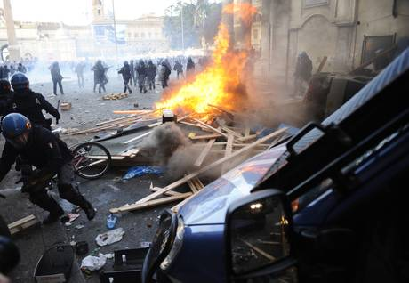 Un momento degli scontri di martedì scorso (ansa)
