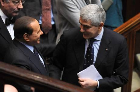 Il leader dell'Udc, Pier Ferdinando Casini (D), con il presidente del Consiglio Silvio Berlusconi (Ansa)