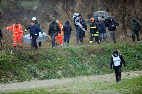 Il corpo di Giuseppe Santacroce, l'uomo di 51 anni disperso in seguito alla piena del fiume Ete (Ansa)