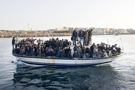 Profughi a bordo di un barcone provenienti dalla Tunisia (Ansa)