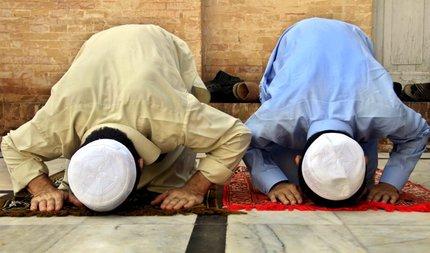 Iniziata la preghiera, timorte di attentati (Ansa)