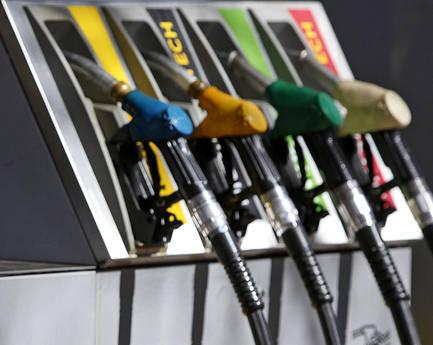 Un distributore di benzina (Ansa)