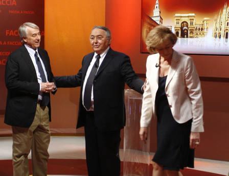 La mancata stretta di mano tra Giuliano Pisapia e Letizia Moratti (ansa)