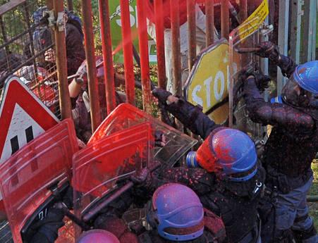 Gli scontri tra polizia e No tav (Ansa)